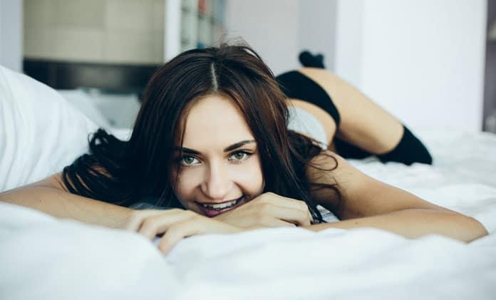 genç kadın yatakta